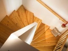 doppelhaushaelfte-innen-treppe